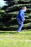 Uma mulher idosa no jardim Fotos de Stock