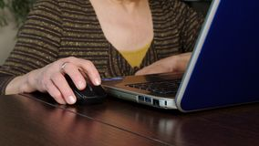 Uma mulher idosa usa um portátil em casa video estoque