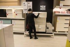 Uma mulher inspeciona a mobília em IKEA, Sydney Australia Imagem de Stock