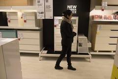 Uma mulher inspeciona a mobília em IKEA, Sydney Australia Imagens de Stock Royalty Free