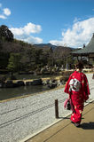 Uma mulher japonesa no vestido tradicional em um templo em Kyoto Fotos de Stock Royalty Free
