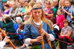 Uma mulher joga a música durante o casamento de Landshut Foto de Stock