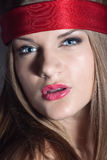 Mulher loura com um headband vermelho imagens de stock