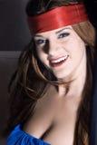 Mulher loura com um headband vermelho imagem de stock royalty free