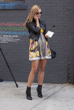 Uma mulher loura que fala em seu telefone em New York fotografia de stock royalty free