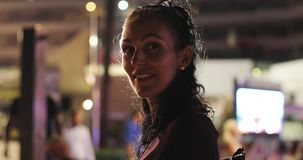 Uma mulher madura bonita com restos encaracolados do cabelo preto na cidade a noite video estoque