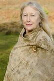 Uma mulher madura bonita em seus anos sessenta fotografia de stock royalty free