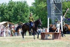 Uma mulher monta um cavalo Fotos de Stock Royalty Free