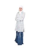 Uma mulher muçulmana nova no isolat tradicional da roupa fotografia de stock royalty free