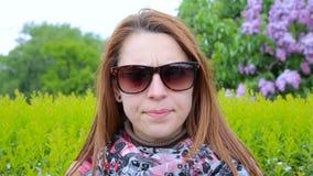 Uma mulher muito irritada e frustrante no parque vídeos de arquivo