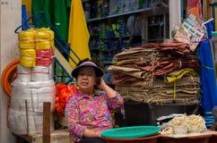 Uma mulher não identificada vende mushroons no mercado de Dongmun Imagens de Stock