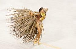 Uma mulher na dança do traje no carnaval em Sambodromo no Rio imagem de stock