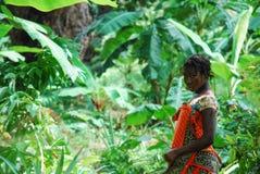 Uma mulher na floresta imagens de stock royalty free