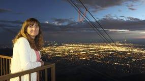 Uma mulher na plataforma de observação máxima do bonde aéreo de Sandia em seguida fotos de stock royalty free