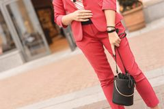 Uma mulher no pantsuit elegante da cor do coral vivo do ano 2019 Conceito da forma e da compra imagem de stock royalty free