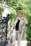 Uma mulher no parque com espaço da cópia imagem de stock