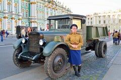 Uma mulher no uniforme durante a segunda guerra mundial e o ZIS no th Imagem de Stock Royalty Free