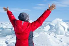 Uma mulher nos montes do gelo Imagem de Stock