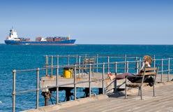 Uma mulher nova bonita no molo em Limassol Foto de Stock Royalty Free