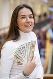 Uma mulher nova com dólares em suas mãos Imagens de Stock