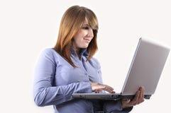 Uma mulher nova com seu portátil. Imagem de Stock Royalty Free