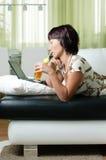 Uma mulher nova com um caderno Imagem de Stock Royalty Free