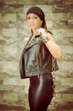 Uma mulher nova e bonita do grupo de latina no couro Fotos de Stock Royalty Free