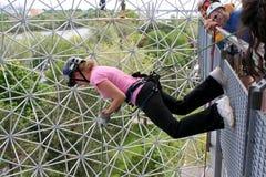 Uma mulher nova está escalando. Fotografia de Stock