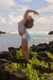 Uma mulher nova que faz a ioga em Havaí. Fotografia de Stock