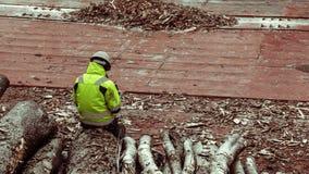 Uma mulher para sentar-se na madeira para tritura??o na tampa do portal Tempo de inverno imagens de stock