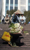 Uma mulher pobre no mercado ocupado em Vietname Fotografia de Stock