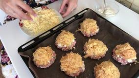 Uma mulher prepara o alimento Bifes triturados da carne com batatas, ovos e queijo Cozinhando etapas e ingredientes video estoque