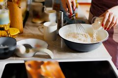Uma mulher prepara um prato da farinha Fotografia de Stock Royalty Free
