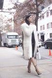 Uma mulher que anda em New York durante o inverno Fotografia de Stock Royalty Free