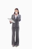 Uma mulher que bebe um café e que lê um jornal fotos de stock royalty free