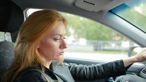 Uma mulher que conduz um carro passeios atentos da menina em torno da cidade filme