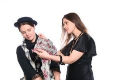 Uma mulher que dá o conselho a outra como vestir-se Imagem de Stock