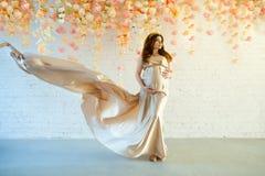 Uma mulher que espera seu bebê recém-nascido Fotos de Stock