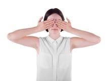 Uma mulher que fecha sua cara com ambas as mãos Uma jovem senhora ocasional e assustado isolada sobre o fundo branco engano imagem de stock