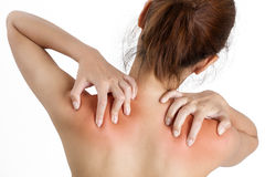 Uma mulher que guarda seu ombro na dor, com o vermelho destacado Foto de Stock Royalty Free