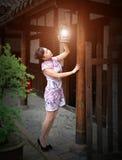Uma mulher que iluminasse uma lanterna Imagem de Stock