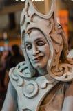 Uma mulher que levanta como uma estátua viva em um festival Fotografia de Stock Royalty Free