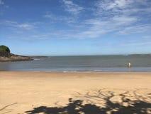 Uma mulher que obtém na água em uma praia em Espirito Santo, Brasil fotos de stock royalty free
