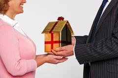 Uma mulher que recebe uma HOME nova imagens de stock