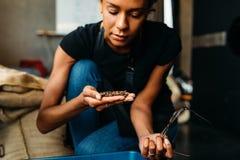 Uma mulher que senta-se em seu café imagens de stock
