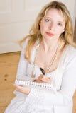 Uma mulher que toma notas Fotos de Stock Royalty Free