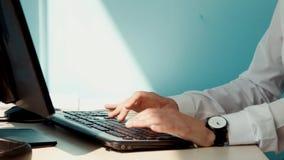 Uma mulher que trabalha em um computador vídeos de arquivo