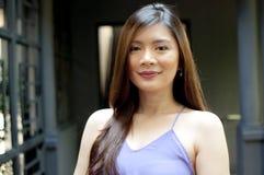 Uma mulher que veste o vestido roxo fotografia de stock royalty free