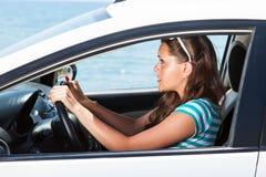 Uma mulher scared está no carro foto de stock royalty free