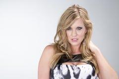 Uma mulher 'sexy' no vestido preto e branco imagens de stock royalty free